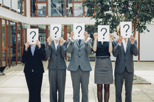 Business people with question mark on placardsの写真素材 [FYI04335812]