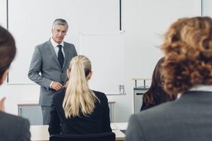 Mature man giving business presentationの写真素材 [FYI04335814]