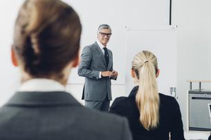 Mature man giving business presentationの写真素材 [FYI04335815]