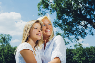 Portrait of happy mother and daughter in a parkの写真素材 [FYI04335857]