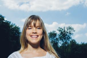 Portrait of smiling teenage girl in natureの写真素材 [FYI04335858]