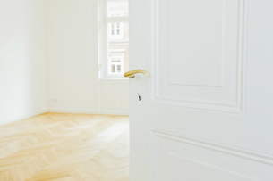 House with empty room and open doorの写真素材 [FYI04335880]