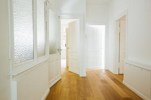 House with empty rooms and open doorsの写真素材 [FYI04335881]