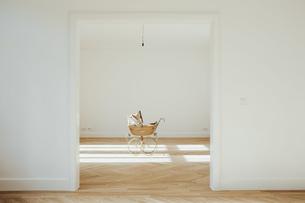 Pram in empty room, open doorsの写真素材 [FYI04335884]