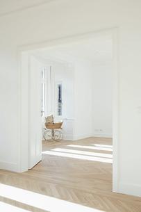 Pram in empty room, open doorsの写真素材 [FYI04335885]