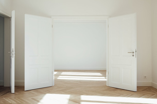 House with empty rooms and open doorsの写真素材 [FYI04335887]