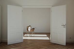 Pram in empty room, open doorsの写真素材 [FYI04335888]