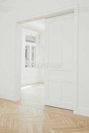 House with empty rooms and open doorsの写真素材 [FYI04335889]