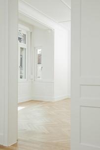 House with empty room and open doorの写真素材 [FYI04335890]