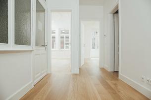 House with empty rooms and open doorsの写真素材 [FYI04335891]