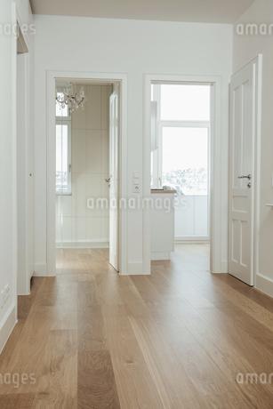House with empty rooms and open doorsの写真素材 [FYI04335892]