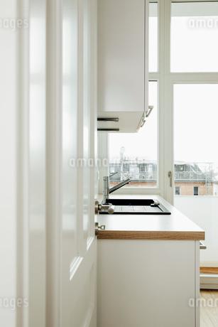 Kitchen, open doorの写真素材 [FYI04335894]