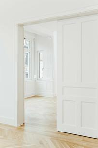 House with empty rooms and open doorの写真素材 [FYI04335898]