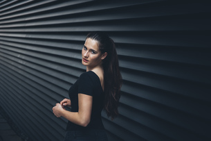 Portrait of young woman with ponytail looking over her shoulの写真素材 [FYI04335912]