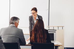 Mature woman giving business presentationの写真素材 [FYI04335921]