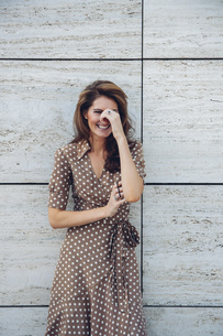 Portrait of laughing brunette woman outdoorsの写真素材 [FYI04335928]