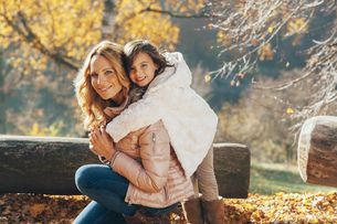 Portrait of mother and her little daughter in autumnの写真素材 [FYI04335950]