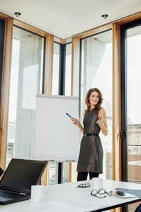 Businesswoman leading a presentation at flip chartの写真素材 [FYI04335959]