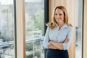 Portrait of confident businesswoman in officeの写真素材 [FYI04335960]