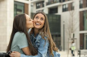 Girlfriends having fun, laughing and kissingの写真素材 [FYI04335963]