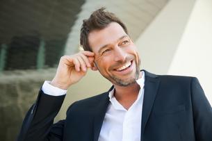 Portrait of confident businessman outdoorsの写真素材 [FYI04335965]