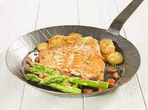 Marinated salmon with vegetables on frying panの写真素材 [FYI04335970]