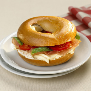 Bagel with tomato and mozzarellaの写真素材 [FYI04335990]