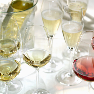 White vine in glasses, close-upの写真素材 [FYI04336008]