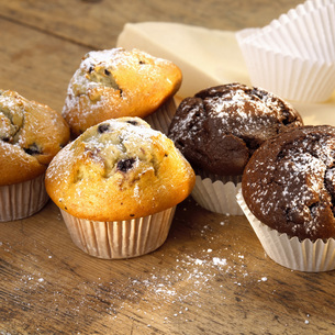 Chocolate and blueberry muffinsの写真素材 [FYI04336023]