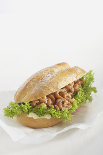 Baguette roll filled with shrimp against white background.の写真素材 [FYI04336044]
