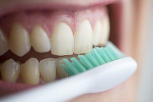 Toothbrush on teethの写真素材 [FYI04336061]