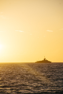 Greece, silhouette of warship at horizon seen from Paros byの写真素材 [FYI04336065]