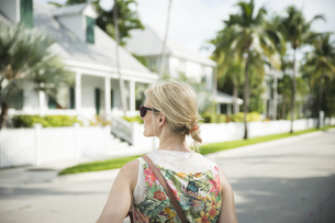USA, Florida, Key West, woman on street looking aroundの写真素材 [FYI04336083]