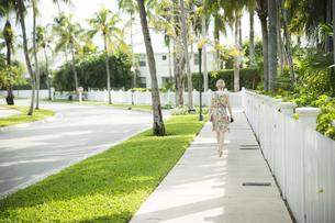 USA, Florida, Key West, woman walking on sidewalkの写真素材 [FYI04336085]