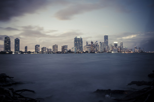 USA, Miami, view from Key Biscayne to the skyline of Miamiの写真素材 [FYI04336088]