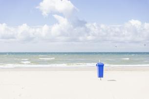 Empty beach with blue waste binの写真素材 [FYI04336101]