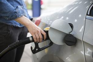 Woman fuelling carの写真素材 [FYI04336102]