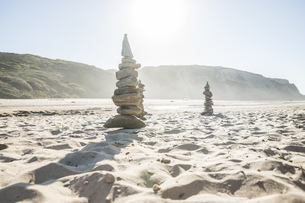 Portugal, Piled stones at the beachの写真素材 [FYI04336111]