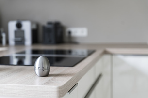 Egg timer in modern kitchenの写真素材 [FYI04336128]