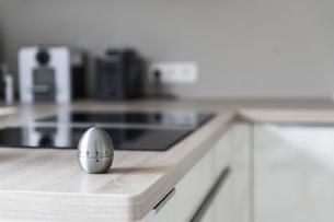 Egg timer in modern kitchenの写真素材 [FYI04336128]