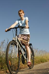 Young woman bikingの写真素材 [FYI04336132]