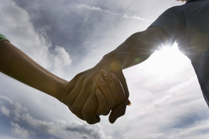 Couple holding hands, close-upの写真素材 [FYI04336135]