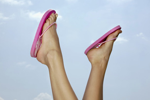 Close-up of young woman's feetの写真素材 [FYI04336143]