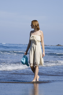 Woman walking along the beachの写真素材 [FYI04336148]