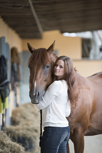 Germany, NRW, Korchenbroich, Young woman with her horseの写真素材 [FYI04336155]