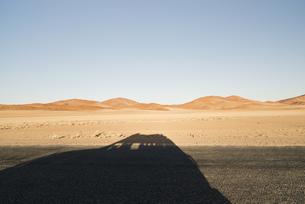 Namibia, Namib Desert, Namib Naukluft Park, shadow of a carの写真素材 [FYI04336161]