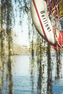 Germany, Berlin, Berliner life belt at lakeの写真素材 [FYI04336182]