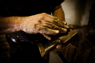 Blacksmith holding workpieceの写真素材 [FYI04336204]