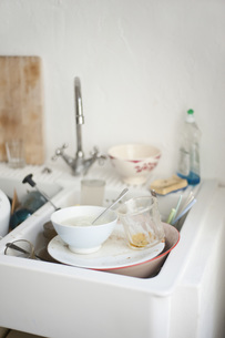 Dirty dishes in sinkの写真素材 [FYI04336215]