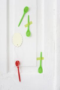 Sweet drop in plastic spoonsの写真素材 [FYI04336217]